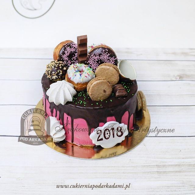 186BA Tort KRAINA OBFITOŚCI z różnorodnymi słodkościami. Celebrating cake decorated with macaroons, donuts, meringues, cookies and chocolate bars.
