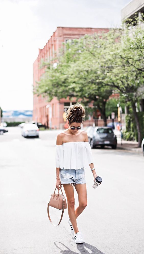 "Summer style : Top ""Off the shoulder"" + denim short + Adidas Superstar ! ideas of looks for the summer days, beachwear street style"