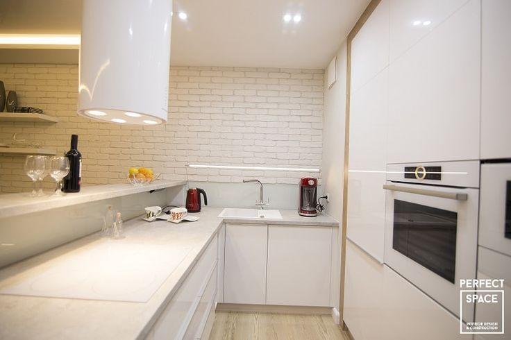 Designerski okap kuchenny w kształcie walca, w kolorze białym i na wysoki połysk idealnie wpisuje się w nowoczesną aranżację kuchni.