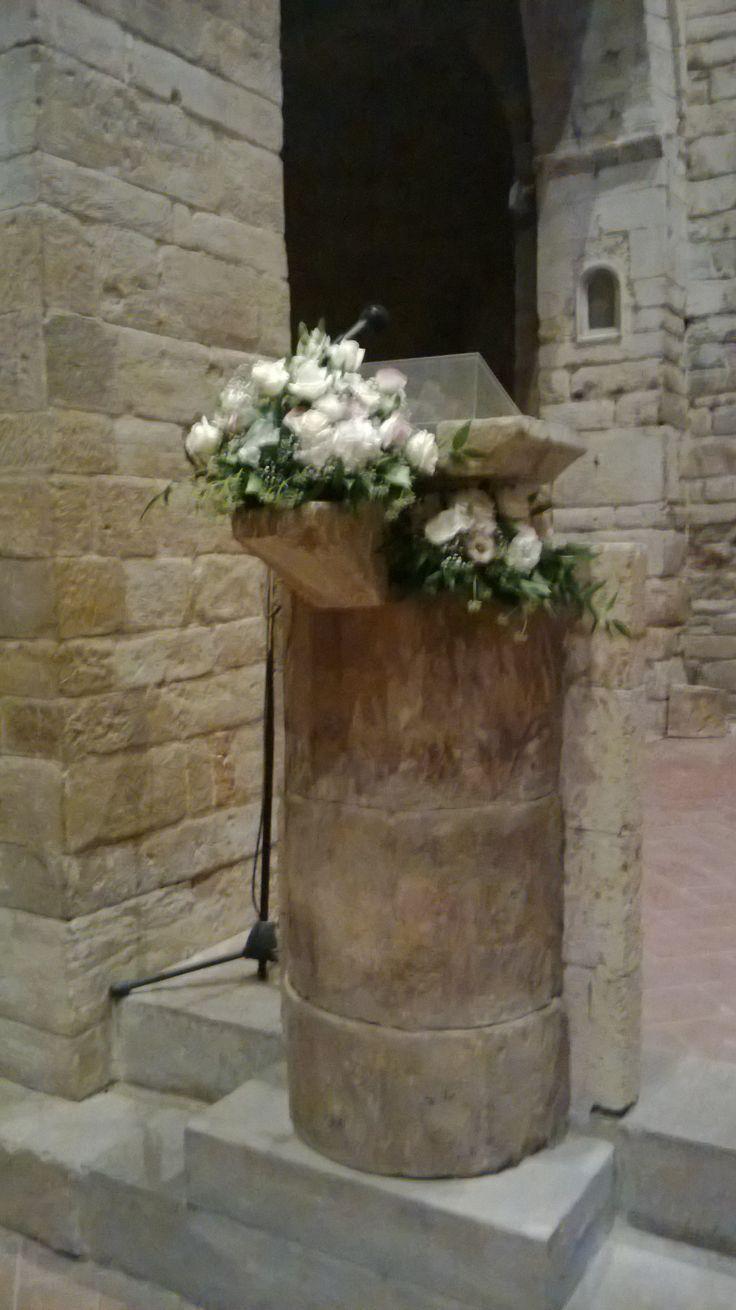 fiori per leggio. lysianthus. chiesa della pieve