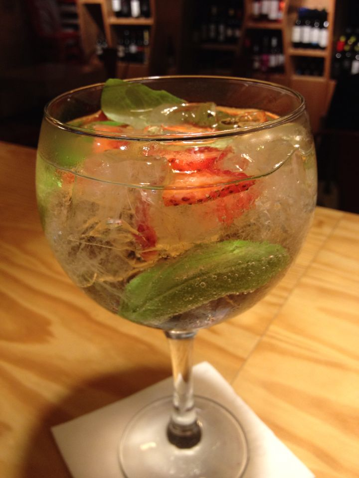 E como não temos só vinhos, apresento-vos uma especialidade da casa, vodka tônica com morangos e manjericão.