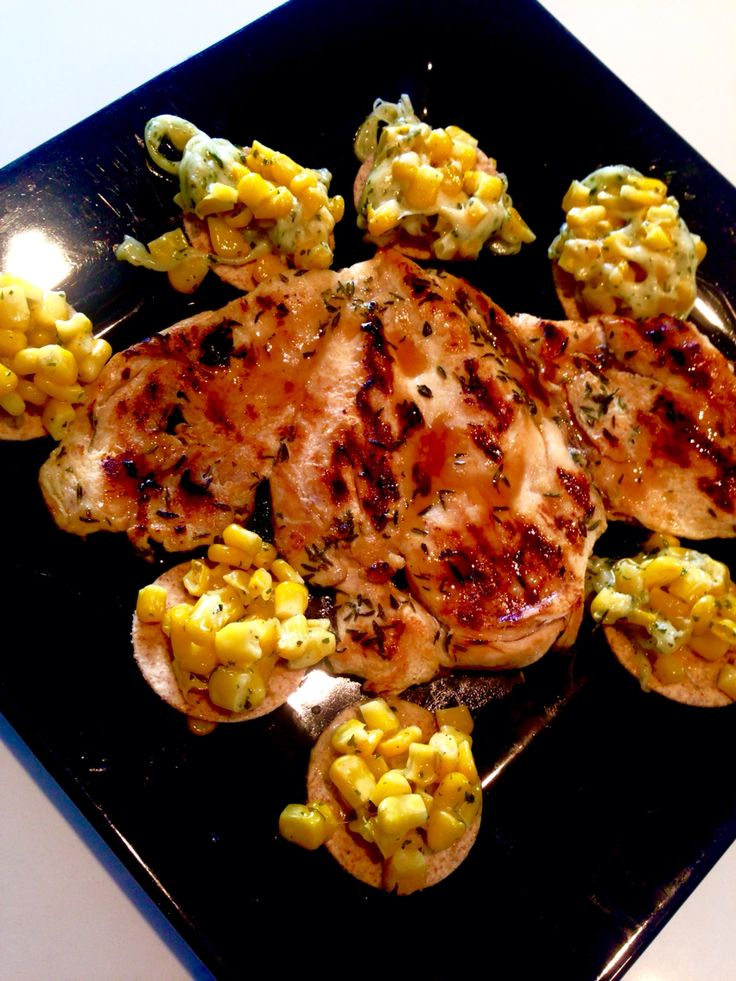 pollo a la parrilla y miel. Maiz en salsa de queso sobre galletas integralea de papel. grilled chicken and honey. Corn sauce and cheese on crackers integral paper.