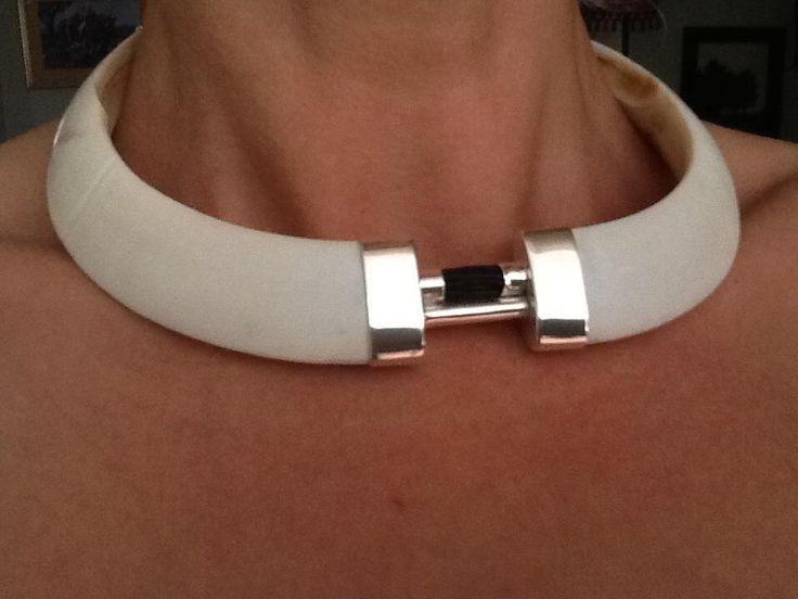 Collar de colmillos de jabalí y pelo de búfalo www.facebook.com/elaguardoalamillo