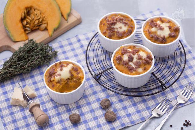 Il gratin monoporzione di patate, zucca e salsiccia è un antipasto sfizioso, caratterizzato da un cuore morbido di zucca, carne, patate e formaggio.