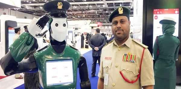 i primi poliziotti Robot entrano in servizio Robocop non sarà più solo un film. I primi Robot poliziotti stanno prendendo servizio. I primi poliziotti Robot stanno per prendere servizio nella città di Dubai e Mosca. Il Robot che prenderà serviz #robot