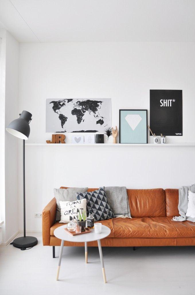 Cognac kleurige lederen bank met zwart wit decoratie de woonkamer pinterest tes om and met - Eigentijdse woonkamer decoratie ...