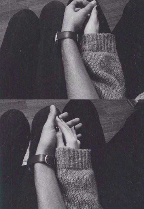 """""""E le sue mani, oh, le sue mani; sempre calde, sempre aperte. Sempre accoglienti con le mie dita fredde. Le sue mani sono magiche, le sue mani mi migliorano la giornata. (...) Le sue mani sono mie e non vorrei mai lasciarle."""" https://www.facebook.com/oblivion.per.dimenticare"""
