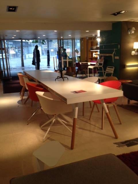 Showroom Combo Design - Augustus 2014.2x Phill tafel van Spectrum Design met een combinatie van stoelen: Flow Chairs van MDF Italia, About a Chairs van Hay en de Dune van Arper.