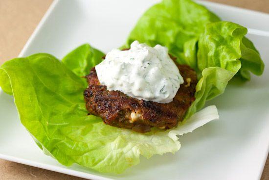 No dejes que la dieta te quite el placer de comer una hamburguesa, prepárala de manera saludable sustituyendo el pan por lechuga y come hamburguesas cuando se te antojen.