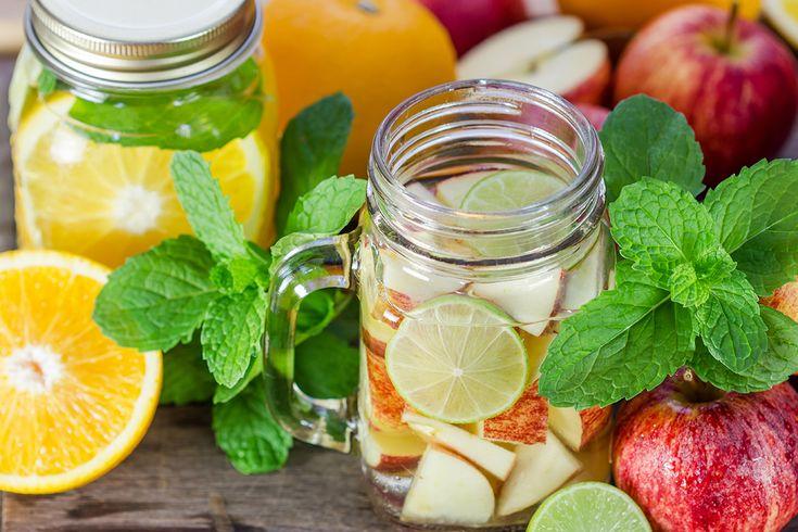 Wie zegt dat water saai is? Laat water even infuseren met een aantal smaakmakers en je hebt een lekker, gezonde, verfrissende variant! Ideaal bij de zomerse temperaturen.