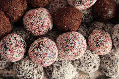 Hjemmelavede romkugler: 400 g. kagerest 4 spsk. marmelade 1 tsk. vaniljesukker 2 store spsk. kakao 2 spsk. romessens 100g smeltet chokolade 1 spsk piskefløde krymmel eller kokosmel Blend kageresten Tilsæt marmeladen, vaniljesukker, kakao og romessens. Smelt chokoladen over vandbad Tilføj den smeltede chokolade og piskefløden Rør dejen fast, tril kugler, pynt med drys.