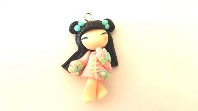 """Dalla serie """" MONDO KOKESHI"""" CIONDOLO CHARMS  bambole giapponesi 4,5 cm -    - con KIMONO ROSA  - portafortuna     - FIMO -   - idea regalo - natale -"""