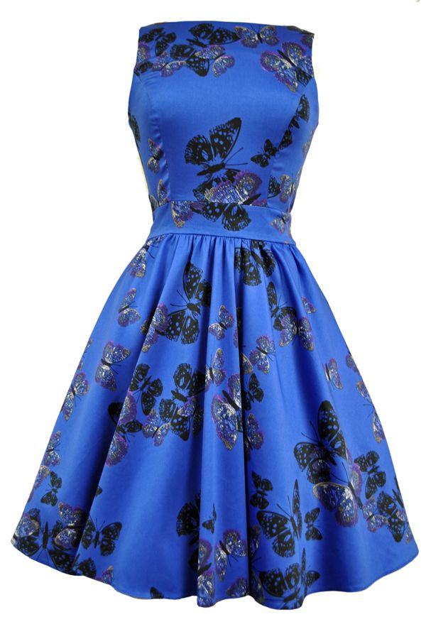 Retro šaty Lady V London Blue Butterfly Tea Retro šaty ve stylu 50. let. Nádherné šaty pro slunečné letní dny - vhodné na zahradní oslavy, svatby, večírky pod širým nebem. Jedinečná a velmi výrazná modrá barva s motýlím potiskem vás přenese na rozkvetlé louky po celý rok. Příjemný pružný materiál (97% bavlna, 3% elastan), pohodlný střih s lodičkových výstřihem, vzadu lehce vykrojené se zapínáním na zip a vázačkou zajistí skvělé přilnutí k vaší postavě. Můžete doplnit spodničkou v délce nad…