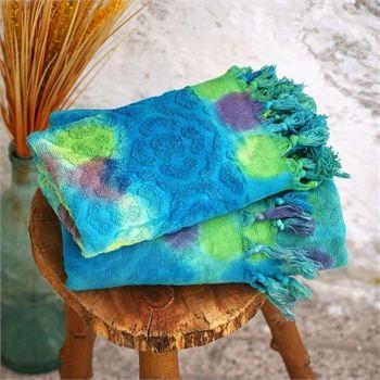 Kara Tezgah Havlu - Koleksiyonun canlı renkleri; mavi okyanuslardan, sualtı bitkilerinden ve yine sualtı hayvanlarından ilham alıyor. Baskı, batik ve suluboya efektleri ile dalgaları, akarsuları ve doğal yaşamı tasvir ediyor. Ebat: Vücut Havlusu 90 x 170 cm Baş Havlusu: 45 x 90 cm Renk: Turkuaz Puanlı Kumaş Türü: % 100 Pamuk Paket İçeriği: 1 Adet Vücut Havlusu 1 Adet Baş Havlusu Ürün Özelliği: Özel El-yapımı Batik Boyama yönteminin uygulandığı bu havlu seti; Yüksek su emişi, kolay kuruması…