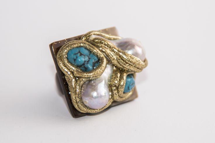 Anello in base corno con perle di fiume e turchese.