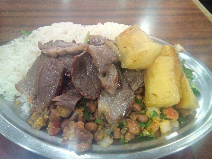 Um prato que geralmente pode ter certos diferenciais, mas o diferencial daqui acabou indo pro pior caminho e estragou um prato que comumente tem um jeitão mineiro, e tudo que faltou foi esse jeito mineiro de servir..  #almoco #comida #lanchonete #LanchonetePrincesinha #arroz #FeijãoDeCorda #CarneDeSol #mandioca #feijao #carne #PF Carne de sol com feijão de corda com arroz e mandioca - R$20 em Princesinha Lanchonete & Restaurante