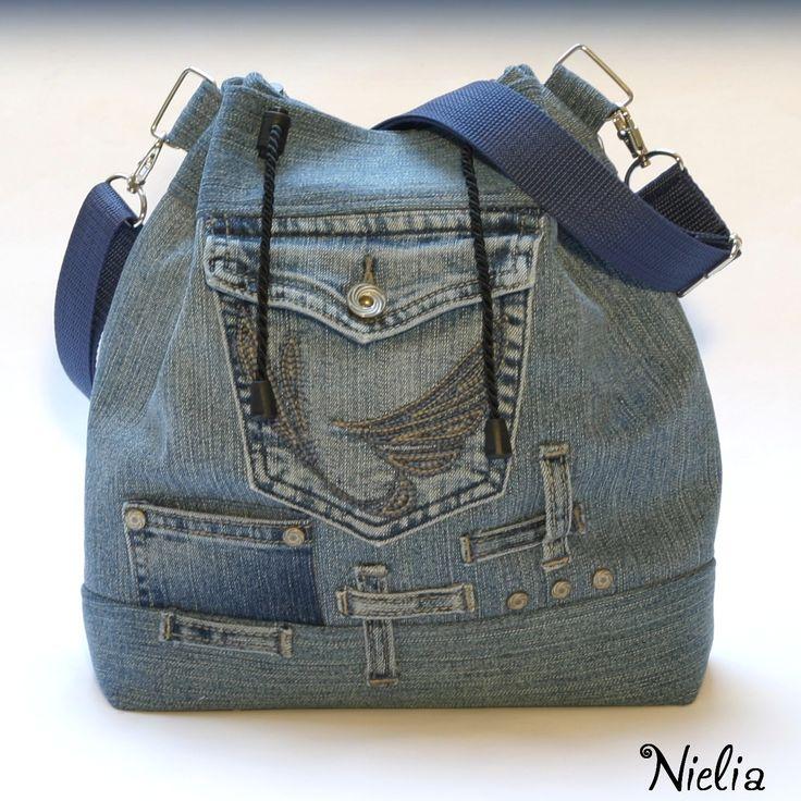 S kapsičkami na poklady XIII Kabelka je vyrobena z recy modré rifloviny. Na přední straně funkční kapsa, minikapsička a zdobné prvky z původních džínů. Zadní strana kabelky nabízí také jednu funkční kapsu. Kabelka je focena prázdná, díky výztuži hezky drží tvar. Zapínání na širokou kroucenou šňůrku, stahování na brzdičky, šňůrka ukončena koncovkami, ...