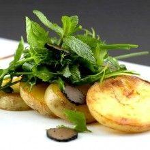Aardappelcarpaccio met truffelolie en kruidensalade. Snijd de geschilde aardappelen in schijfjes en was ze. Bak ze dan goudgeel in druivenpitolie. Laat de aardappelschijfjes uitlekken op een stukje keukenpapier en bestrooi ze met zeezout. Kruid de rucola met peper, zout, olijfolie, balsamico en truffelolie. Schik de aardappelcarpaccio op een bord en leg de salade er bovenop. Snij de truffel fijn (met …