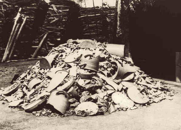 Bis zum Jahre 1880 bezogen wir unseren Ton aus eigener Grube. Das Material wurde unter Tage in Schollen abgebaut. Im Laufe der Jahrhunderte verschlechterte sich zunehmend die Qualität des Tonmaterials. Dies führte zu immer größeren Anteilen von Ausschussware. Zwischen Fertigwarenlager und Brennholzlager landeten all jene Töpfe, welche den Brand nicht ohne Fehler überstanden haben. Die extrem harten Scherben wurden von Schamotteproduzenten aufgekauft, um sie zu Tonscherbenmehl zu vermahlen.