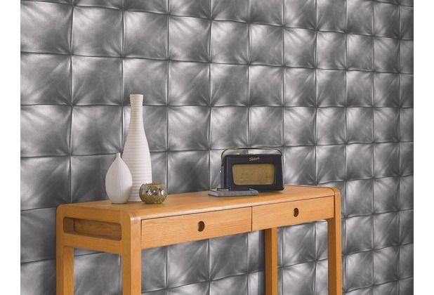 Metallische Polsteroptik macht diese Tapete zu einem Hingucker in Ihrem Zuhause.  #Tapete #Tapetenidee #Wanddekoration #Schlafzimmer #Wohnzimmer #Esszimmer #Küche #grau #Polster #Hertie
