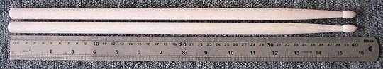 Ukuran 7A atau Jazz    Panjang: 39.8 cm Diameter: 13 mm Cocok untuk musik Jazz atau player dengan tangan yg kecil serta untuk bermain drum dengan volume yg kecil.