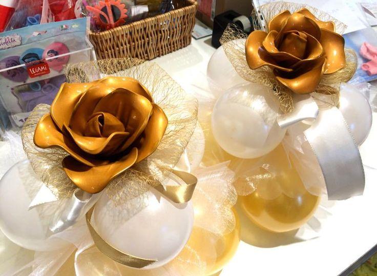 centrotavola con rose di palloncini per le nozze d'oro