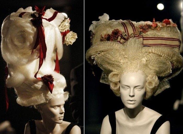 В 2007 году в Институте современного  искусства Валенсии стилист и парикмахер Тоно Санмартин представил четырнадцать скульптур – роскошные огромные причёски, созданные на основе четырнадцати гравюр галантного века. Вот только красовались они не на живых женщинах, а покорных головках манекенов – попробуйте представить себя на их месте... И при этом танцевать, гулять, кокетничать. Ведь пуф, по сути, возник от избыточного желания – и возможностей – наслаждение жизнью выразить зримо.