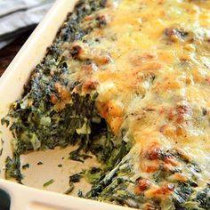 Aquí les presento uno de mis platos preferidos>> espinaca gratinada  Los ingredientes son solo 3, quien no tiene cebolla y queso en la casa ? Solo necesitas comprar 1 paquete de espinaca !!! ➡️ hervi y luego corta la espinaca ➡️ corta 1 cebolla grande y dorala en una sartén con un poco de aceite ➡️ mezclá los dos ingredientes, agregale pimienta y sal a gusto y lleva la preparación a una fuente para horno ➡️ arriba agregale queso en hebra o rallado y al horno ➡️ 20 minutos a 180' y a disfruta