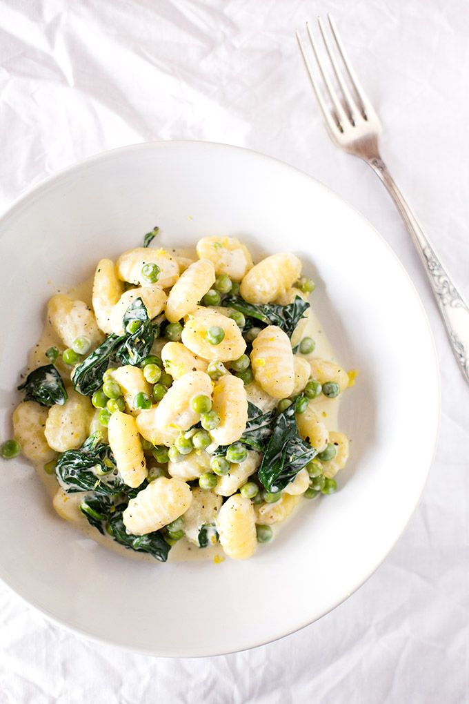 15-Minuten Gnocchi mit Spinat und Erbsen. Dieses Rezept ist schnell, einfach und vollgepackt mit Gemüse - Kochkarussell.com