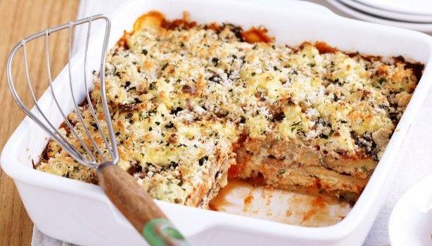 Μελιτζάνες με σάλτσα ντομάτας και ανθότυρο στο φούρνο