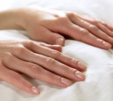 Perché nascono macchie bianche sulle unghie. A cosa si deve la comparsa di quelle piccole macchie bianche sulle unghie? Sicuramente in più di un'occasione avrai sentito che nascono per mancanza di calcio e persino per ogni bugia che dicevi quand...