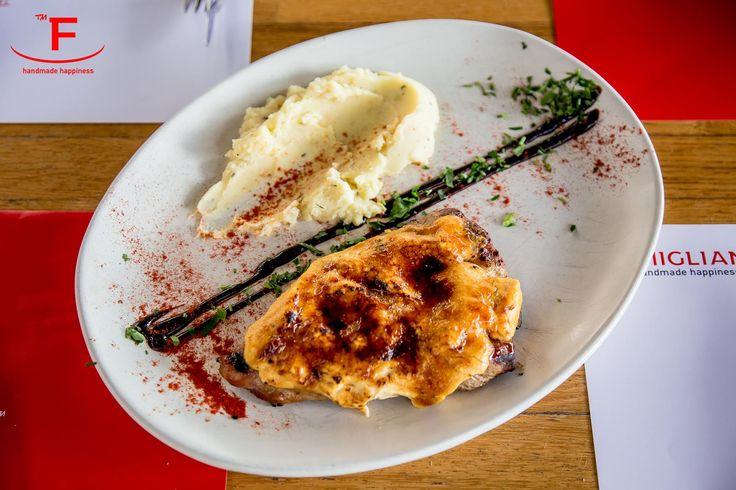 Ψαρονέφρι brûlée - χοιρινό φιλέτο σχάρας καραμελωμένο με μαύρη ζάχαρη, κρέμα τυριών, συνοδευμένο με αρωματικό πουρέ. Μπορείτε να κάνετε την παραγγελία σας online www.famiglianodelivery.gr ή με ένα τηλεφώνημα στο 2310254477