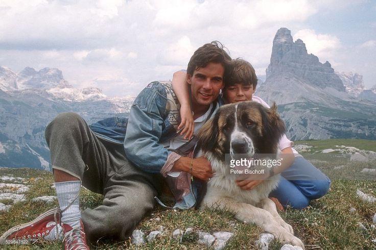 Pierre Cosso, Guido Cella, Bernhardiner 'Pin', am Rande der Dreharbeiten zum ZDF-Weihnachts-6-Teiler 'Mino' (Folge 4) am auf dem Monte Piana bei Cortina d'Ampezzo in den Dolomiten in Italien.