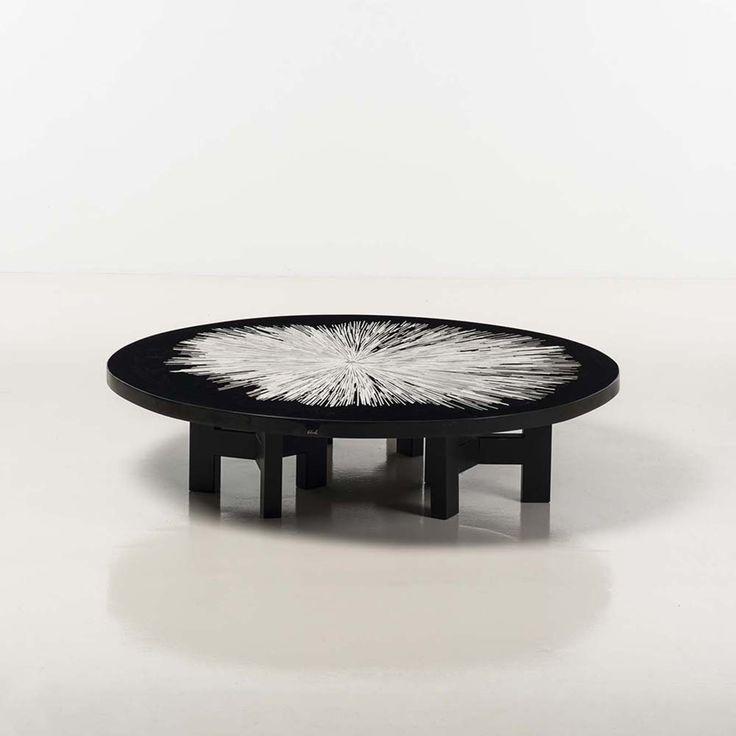Ado Chale (né en 1928) Table basse Résine noire à inclusion d'os Date de création : vers 1972 Signée H 35 × Ø 151 cm
