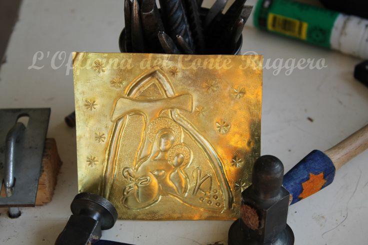 Una lastra di ottone, cesellata e sbalzata, diventerà un regalo per un amico...