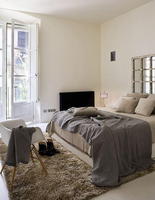 Dormitorio decorado en tonos tostados