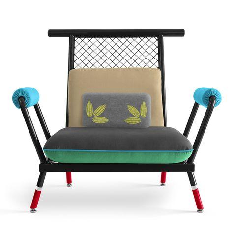 """Бразильский дизайнер Пауло Кобилка для своих новых предметов – кресла PK6 и дивана PK7 выбрал промышленные материалы, которые обычно остаются """"за кадром"""" архитектуры: металлический профиль и арматурную сетку."""