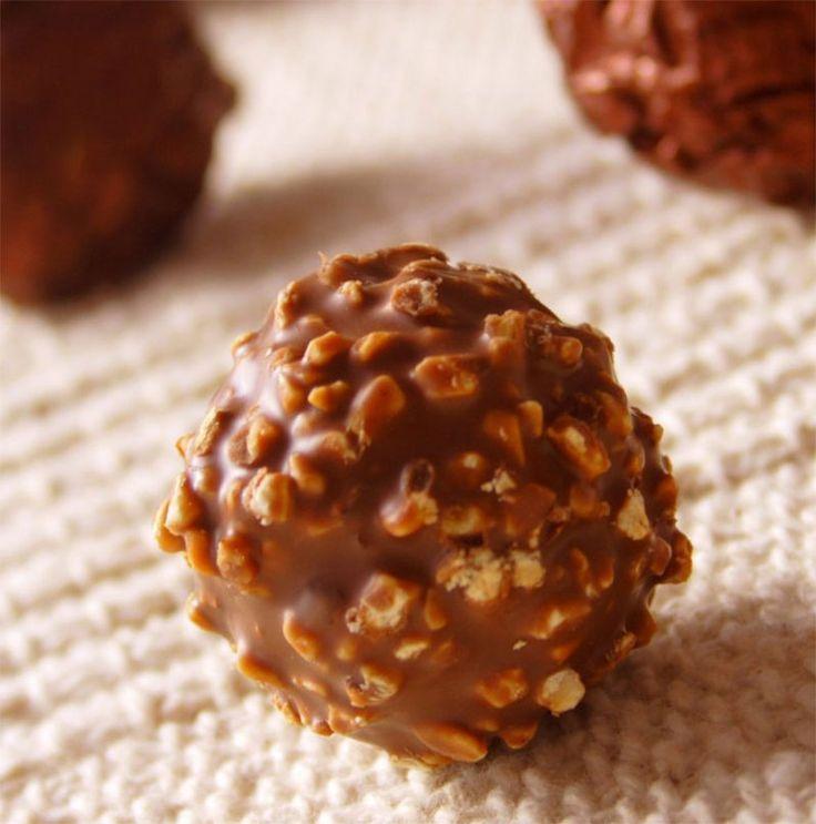 """""""Çikolata Topları"""" Yemeklerden sonra atıştırmalık olarak bir tane yeterli olur sanırım :)...Afiyet olsun. http://www.lezzetlim.net/cikolata-toplari-tarifi.html"""
