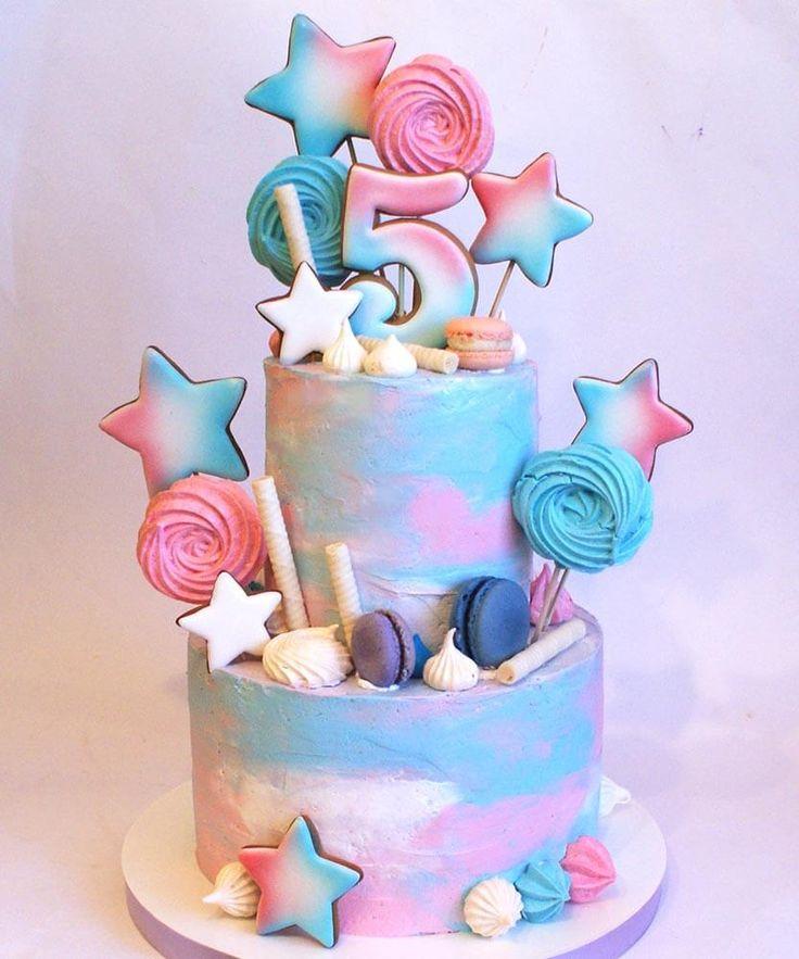 Двухъярусный нежный торт на 5 лет с цифрой. Макаронс, пряники звездочки, розовый и голубой градиент цвета