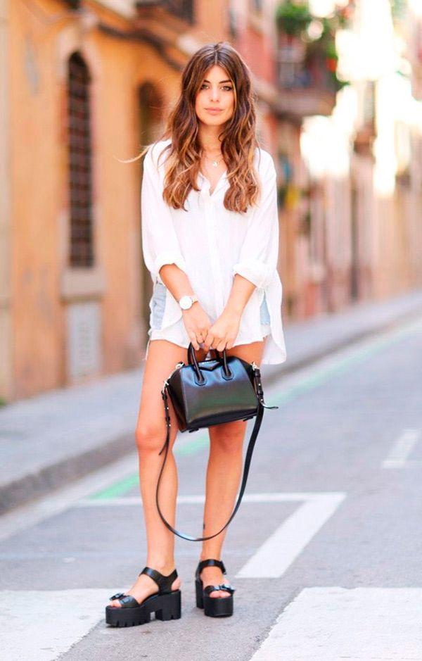 Street style look com camisa branca, shorts jeans e sandália tratorada.