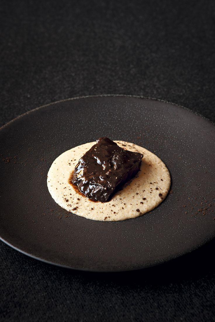 Joue de boeuf et polenta au café. Une viande très fondante nappée d'un jus corsé, avec une polenta de caractère ... Ce plat d'Emmanuel Renaut tout à la fois réveille et donne envie de se lover au coin du feu.