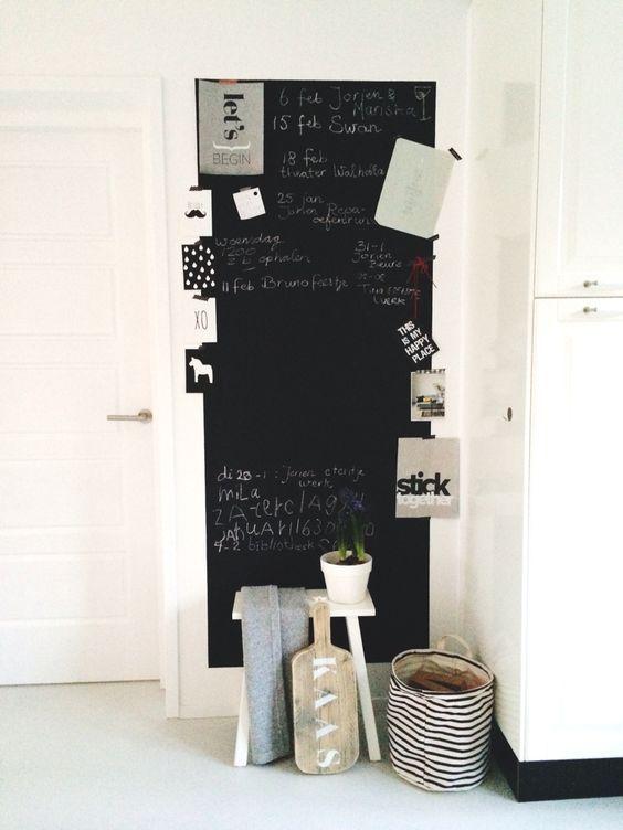 XL- Krijtbord in de keuken, witte kruk van Leenbakker, zwart wit gestreepte opbergzak van House Doctor:
