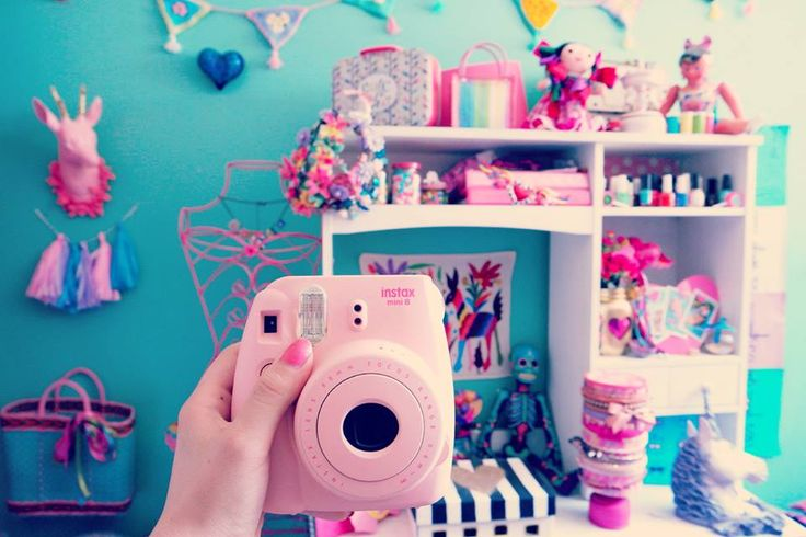 Instax mini 8 pink, colorful bedroom Amelie Mews