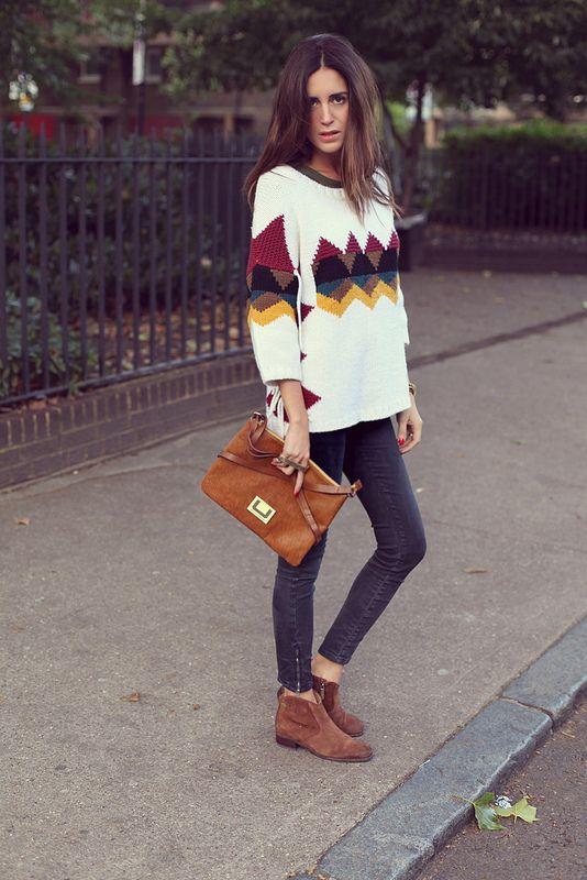 Llevo jersey de Sandro, pulsera de mano de TopShop, botas y bolso Linea U y jeans de Zara.