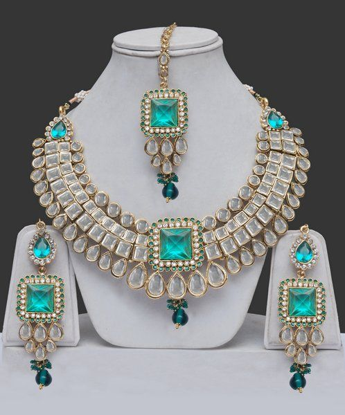 Emeralds, diamonds and pearls adorn this parure. Holy Smokes Batman, Beautiful!!