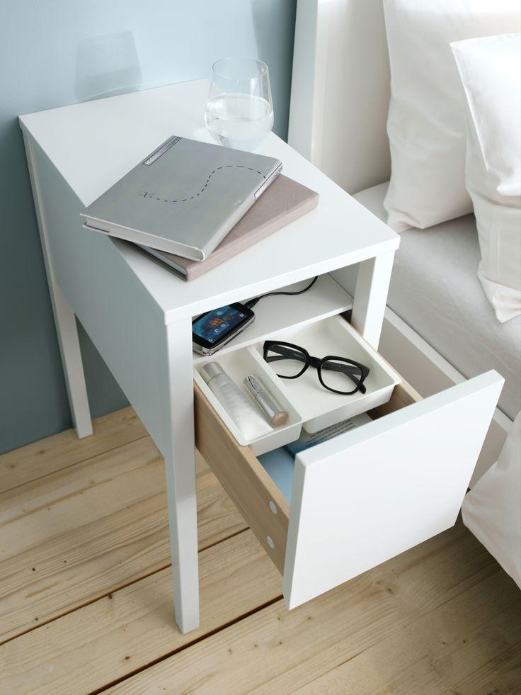 In het NORDLI nachtkastje zit een verborgen plank met plaats voor een stekkerdoos, hierdoor liggen al je laders uit het zicht. #IKEA