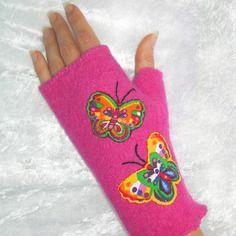 Mitaines roses en laine bouillie, avec pouce, motif papillons , taille m: