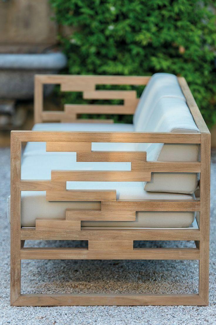 Sofá em madeira com detalhes do recorte na lateral.