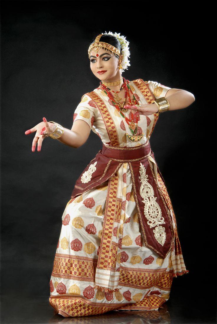 """O mudra também é usado nas antigas formas de danças clássicas como o Bharatanatyam e o Kuchipudi, originario do Natya Shastra escrito pelo sábio Bharata a cerca de 4.000 a.C. Onde a sequência de gestos é usada simbolicamente para contar uma história.  Quando usados em dança indiana, os Mudras frequentemente são chamados de Hastas, sânscrito para """"mãos"""""""