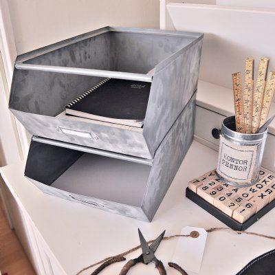 En arkivbox i industiellt stuk i storlek för A4. Boxen är stapelbar och är en snygg och praktisk detalj på skrivbordet.